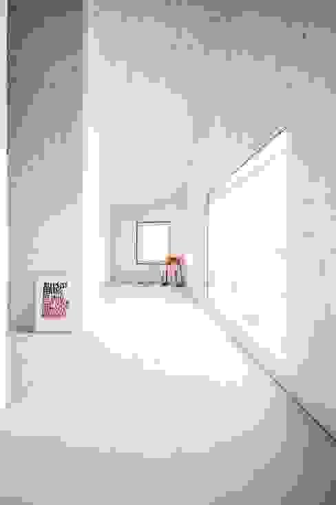 Küche Studio für Architektur Bernd Vordermeier Minimalistische Esszimmer Holz Weiß