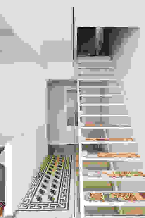 La scala Ingresso, Corridoio & Scale in stile mediterraneo di Studio Vetroblu_Stefano Ferrando Mediterraneo