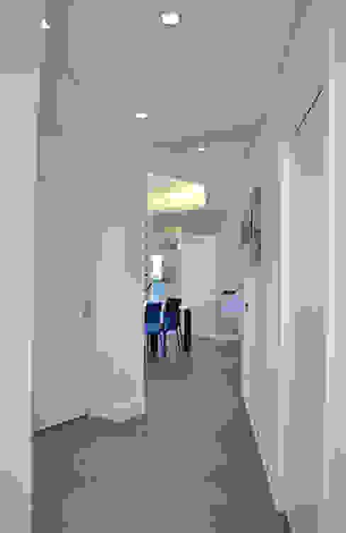 Pasillos, vestíbulos y escaleras modernos de tizianavitielloarchitetto Moderno