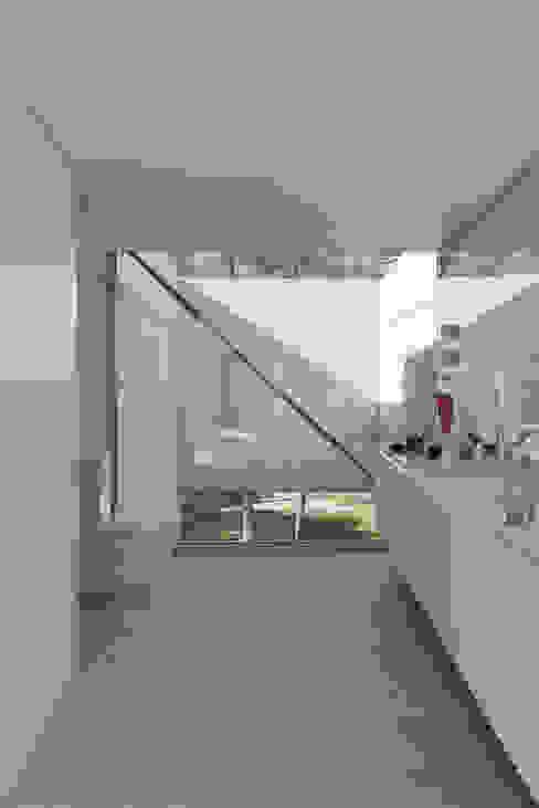 The Wall House Casas de banho minimalistas por guedes cruz arquitectos Minimalista