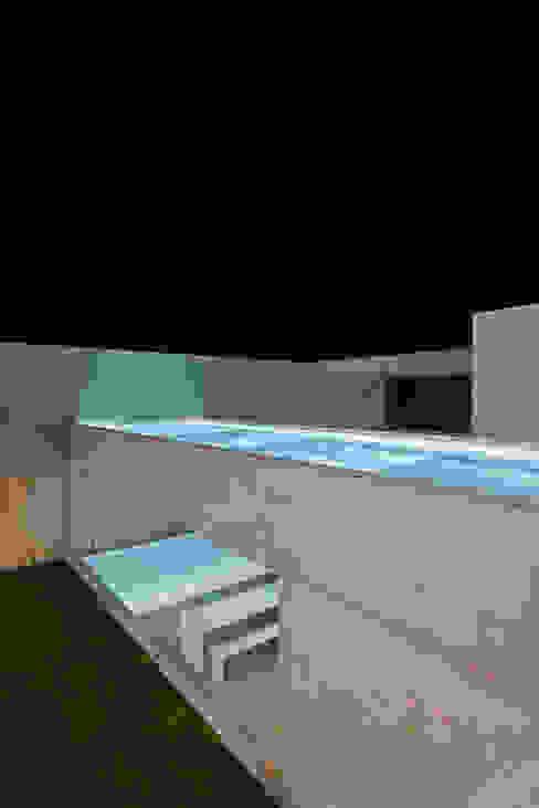 Piletas minimalistas de guedes cruz arquitectos Minimalista