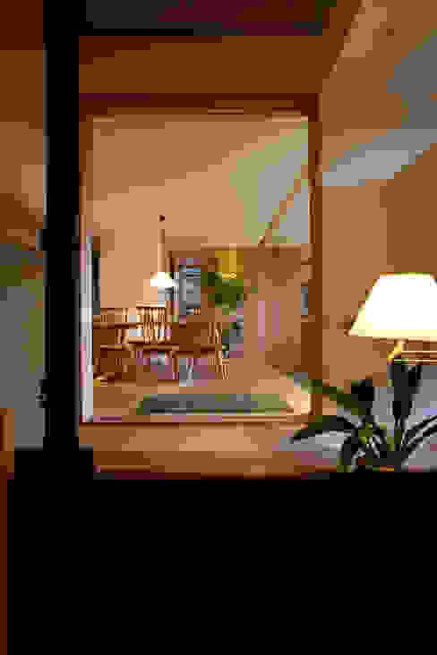 Pasillos y vestíbulos de estilo  por 辻健二郎建築設計事務所,