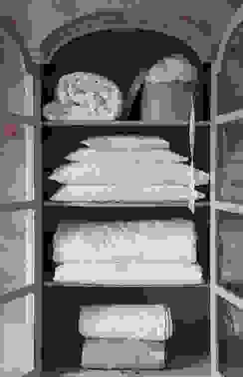 Gingerlily silk bedding cupboard Quartos clássicos por Gingerlily Clássico