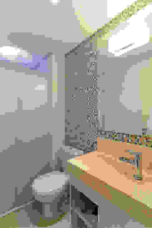 Phòng tắm theo RAFAEL SARDINHA ARQUITETURA E INTERIORES, Hiện đại