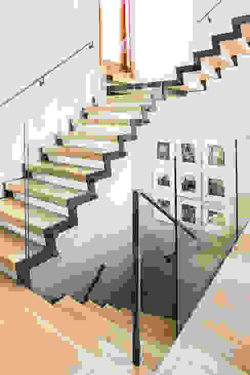 Прихожая, коридор и лестницы в . Автор – Antonio Martins Interior Design Inc,