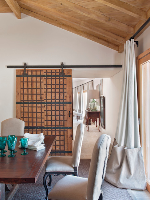 Rustic style dining room by SA&V - SAARANHA&VASCONCELOS Rustic