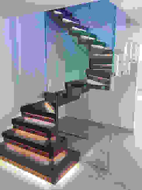 Elegant zig-zag staircase features walnut-clad treads and risers. Couloir, entrée, escaliers modernes par Railing London Ltd Moderne