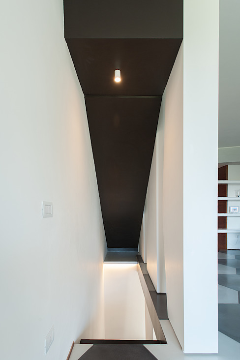 Modern Corridor, Hallway and Staircase by 2bn architetti associati Modern