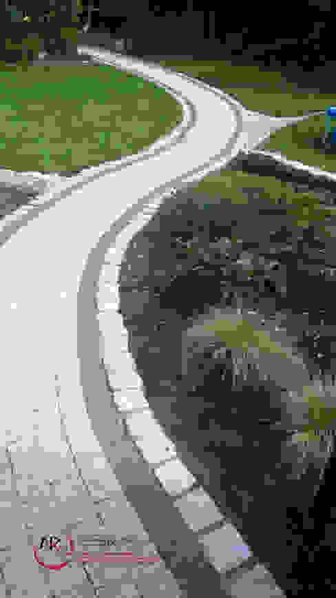 Mały ogród po modernizacji: styl , w kategorii Ogród zaprojektowany przez PRACOWNIA ARANŻACJA ANNA RYPLEWSKA,Klasyczny