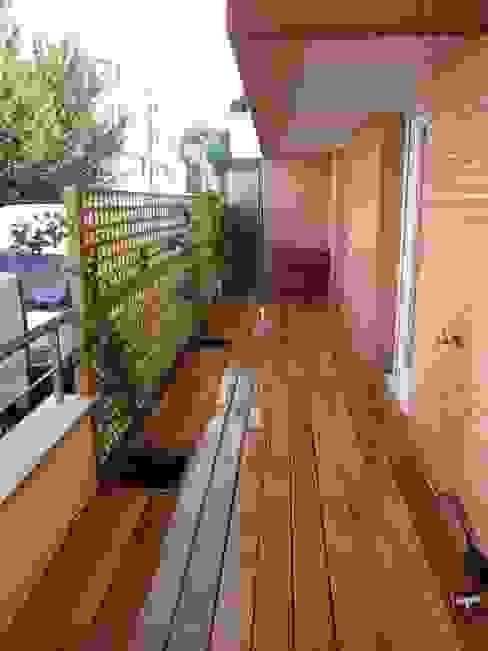 Modern style balcony, porch & terrace by Scènes d'extérieur Modern