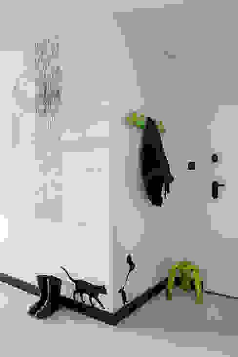 CC /_\ CONCRETE CONCEPT by KASIA ORWAT home design Minimalistyczny korytarz, przedpokój i schody od WERONIKA TROJANOWSKA photographer Minimalistyczny