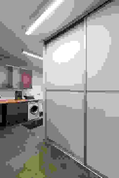 Garage/Rimessa in stile moderno di Elfa Deutschland GmbH Moderno Vetro