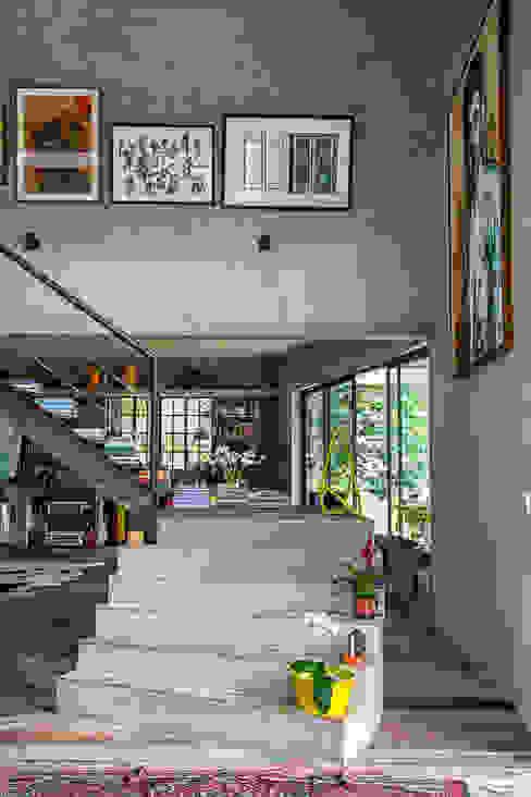 Modern corridor, hallway & stairs by Carlos Salles Arquitetura e Interiores Modern