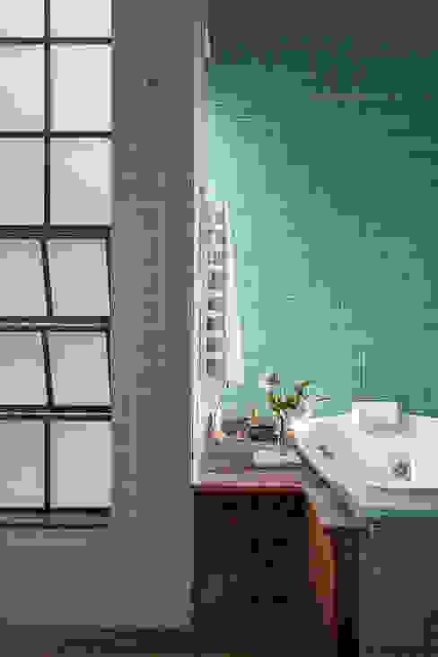 Casas de banho  por Carlos Salles Arquitetura e Interiores, Moderno