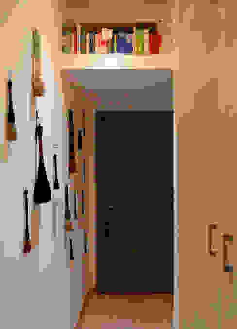 Ogni cosa al suo posto! The Creative Apartment Ingresso, Corridoio & Scale in stile moderno Bianco