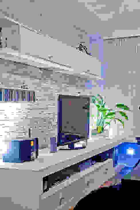 Patrícia Azoni Arquitetura + Arte & Design Salas multimedia de estilo moderno Piedra