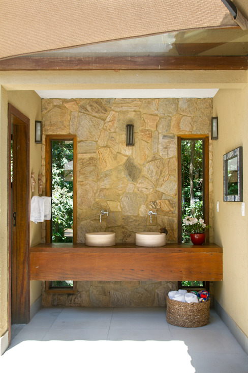 Bathroom by CAMILA FERREIRA ARQUITETURA E INTERIORES, Country
