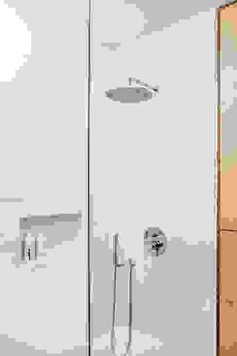 Minimalistische badkamers van Joanna Kubieniec Minimalistisch