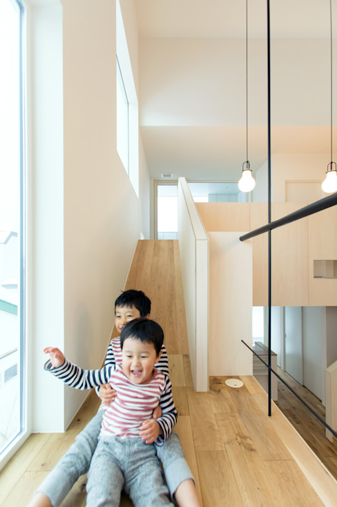 Pasillos, vestíbulos y escaleras de estilo ecléctico de 一級建築士事務所 Atelier Casa Ecléctico Madera Acabado en madera
