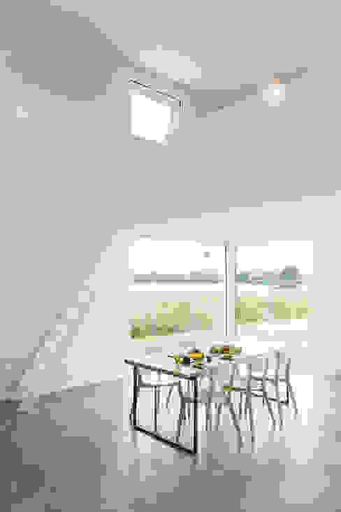 House for a Photographer 모던스타일 다이닝 룸 by STUDIO RAZAVI ARCHITECTURE 모던