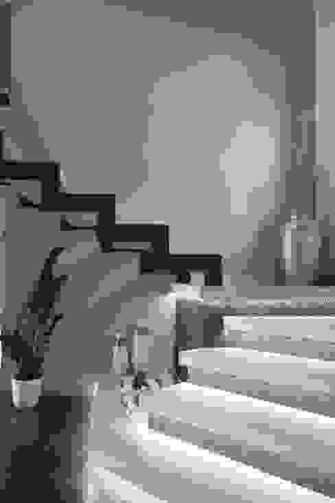 Pasillos, vestíbulos y escaleras de estilo moderno de Studio Ferlenda Moderno