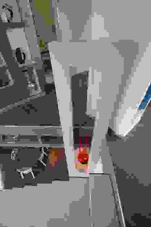 Modern Corridor, Hallway and Staircase by Studio Ferlenda Modern