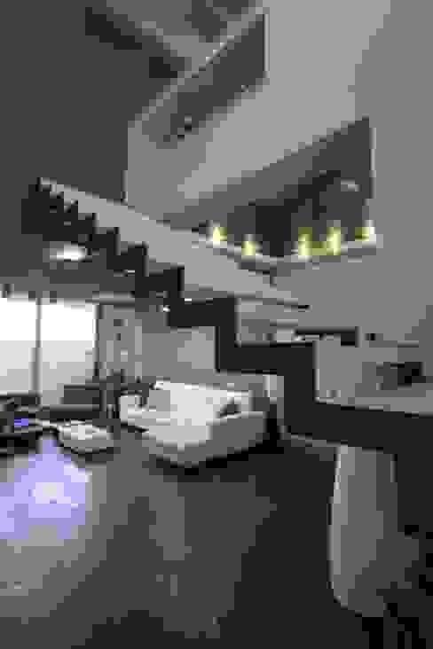 Corridor & hallway by Studio Ferlenda,