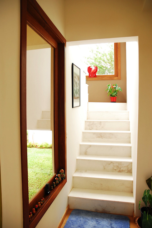 Eclectic style corridor, hallway & stairs by Mônica Mellone Arquitetura Eclectic