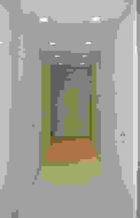 Couloir, entrée, escaliers modernes par architetto Davide Fornero Moderne