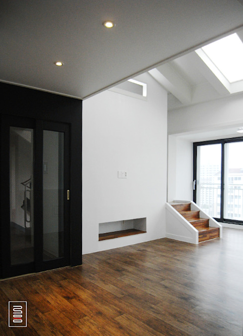 Modern Corridor, Hallway and Staircase by 로움 건축과 디자인 Modern