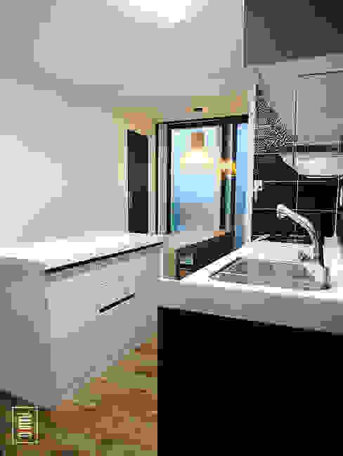 복층 24평형 신혼집 아파트 : 로움 건축과 디자인 의  주방,모던