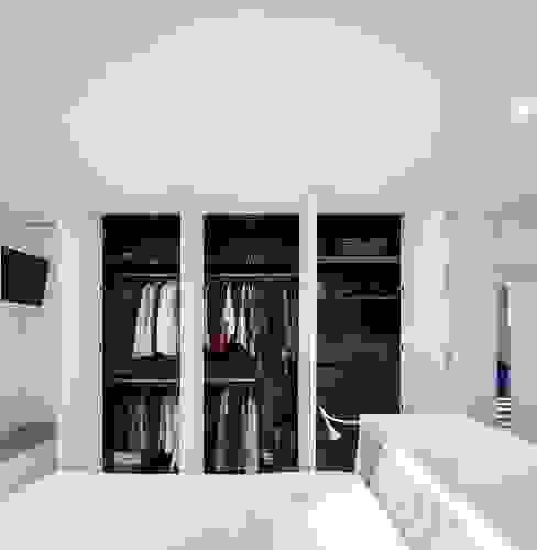 Minimalist bedroom by Ana Maria Timóteo _ arquitecta Minimalist