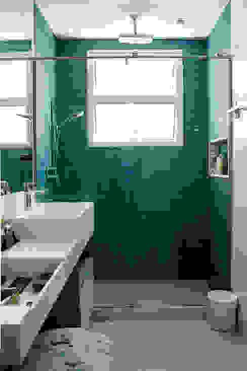 Moderne badkamers van Ana Adriano Design de Interiores Modern Glas