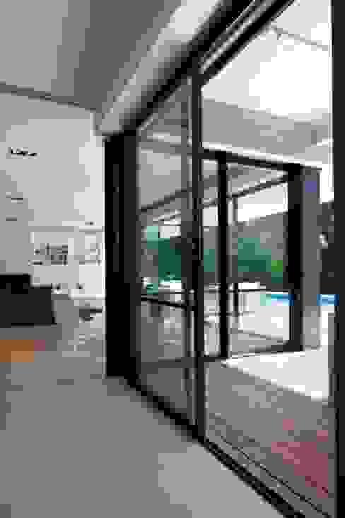 Villa Wainer Balcones y terrazas de estilo moderno de Kawneer España Moderno