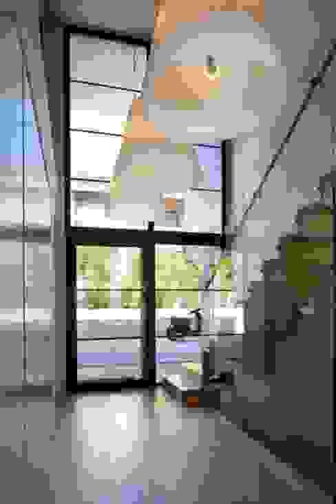 Villa Wainer Pasillos, vestíbulos y escaleras de estilo moderno de Kawneer España Moderno