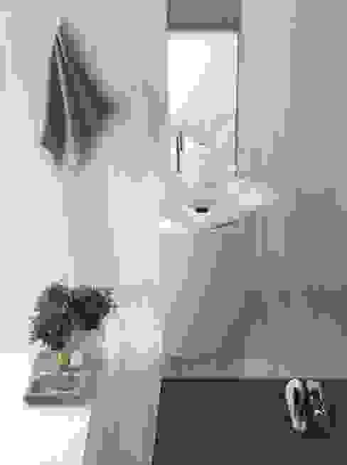 Marble lilies bloom inside bathroom من Kreoo تبسيطي رخام