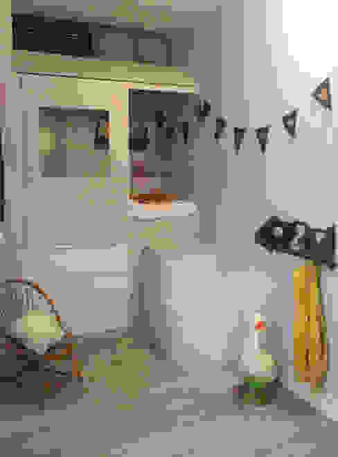 Lit cabane dans une micro chambre Chambre d'enfant moderne par Laetitia Desmond Moderne Bois Effet bois