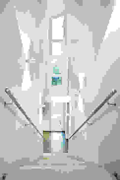 Einfamilienhaus Neubau Minimalistischer Flur, Diele & Treppenhaus von Beilstein Innenarchitektur Minimalistisch Beton