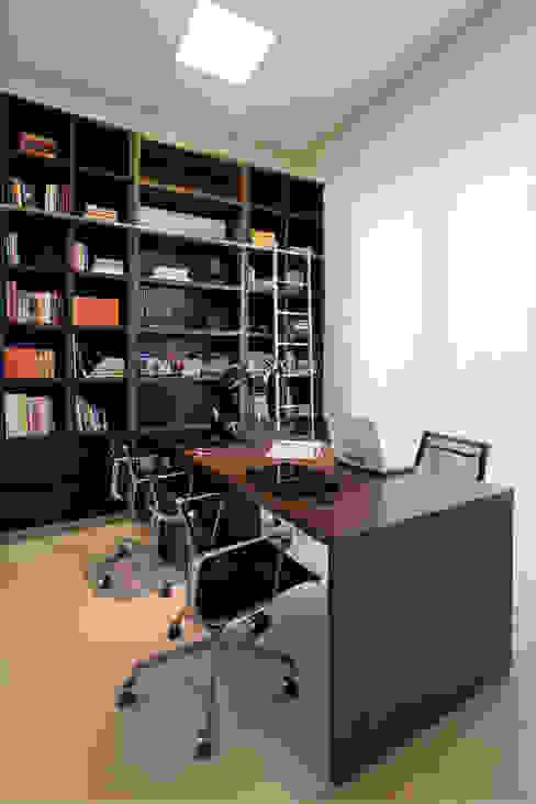 書房/辦公室 by Maria Helena Caetano _ Arquitetura e Interiores