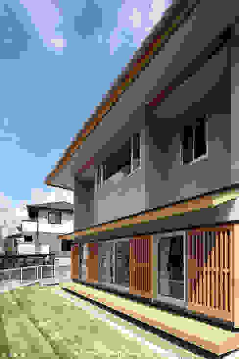 とけあういえ 山道勉建築 北欧デザインの テラス 木 灰色