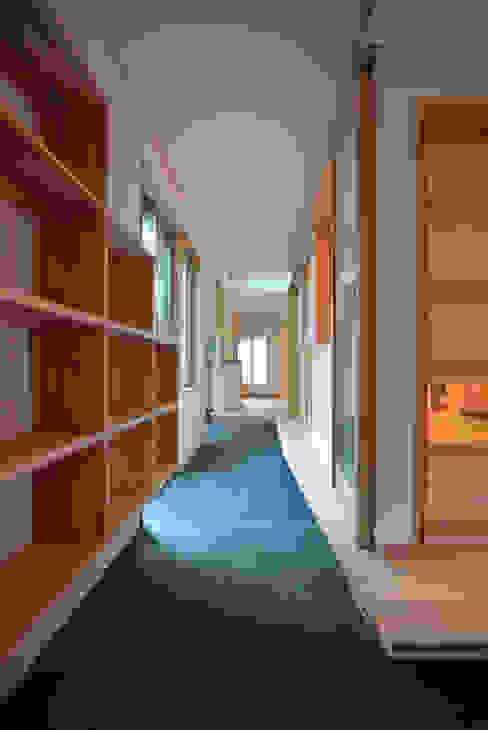 Asian corridor, hallway & stairs by 本瀬齋田建築設計事務所 Asian Wood Wood effect