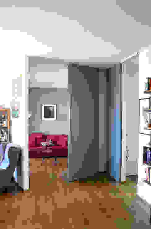 Porte scorrevoli a tutta altezza Ingresso, Corridoio & Scale in stile eclettico di Atelier delle Verdure Eclettico