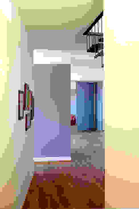 Parete colorata Atelier delle Verdure Ingresso, Corridoio & Scale in stile eclettico Viola/Ciclamino