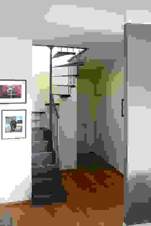 Scala in ferro Ingresso, Corridoio & Scale in stile eclettico di Atelier delle Verdure Eclettico