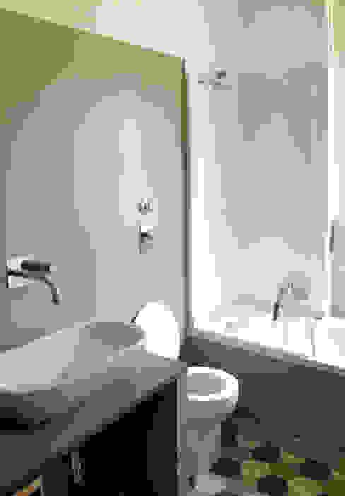 Minimalist style bathroom by Atelier delle Verdure Minimalist