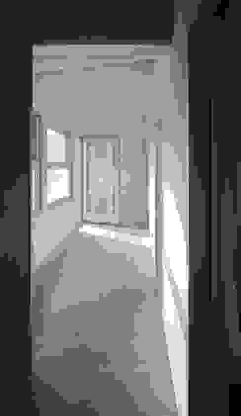 Vivienda modular en Culleredo (A Coruña) | en proceso Pasillos, vestíbulos y escaleras de estilo moderno de Ezcurra e Ouzande arquitectura Moderno