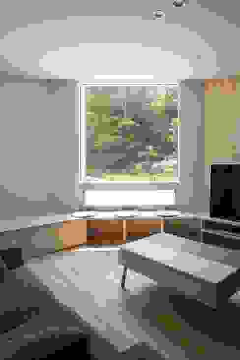 宮の沢の家 モダンデザインの リビング の 富谷洋介建築設計 モダン