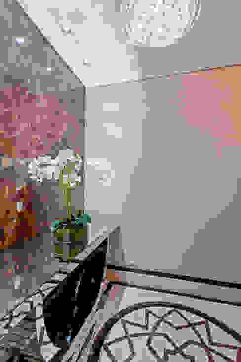 الممر الحديث، المدخل و الدرج من Designer de Interiores e Paisagista Iara Kílaris حداثي رخام