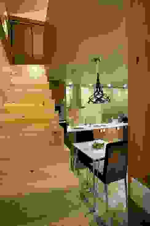 Kiko House Pasillos, vestíbulos y escaleras de estilo moderno de RH Casas de Campo Design Moderno