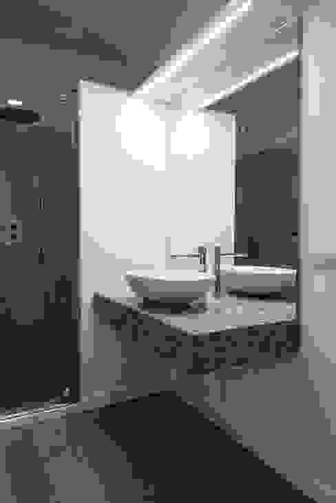 Interno AT Bagno moderno di Stefano Viganò Architetto Moderno